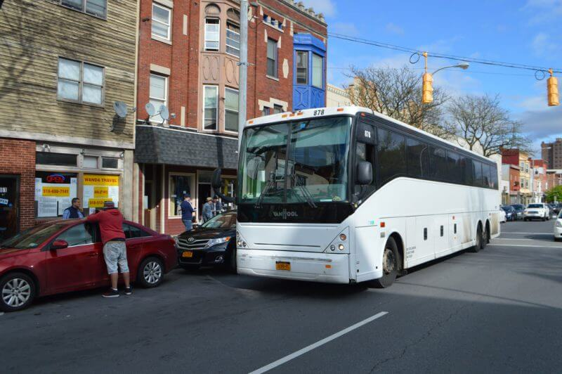 A Wanda Coach bus picks up at its location in Chinatown. (Source: flickr.com)